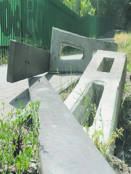 Zniszczona ławka przy ul. Zacisze w Bydgoszczy