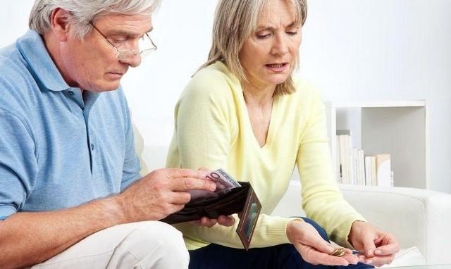 """Czternasta emerytura zostanie wypłacona w wysokości minimalnej emerytury jaka obwiązuje w 2021 roku - to 1250,88 zł brutto. Jednak nie każdy będzie mógł liczyć na taką kwotę. Rząd ustalił pułap od którego """"czternastka"""" będzie pomniejszana.Szczegóły na kolejnych slajdach naszej galerii. Przejdź do następnego zdjęcia, aby zobaczyć wyliczenia kolejnych emerytur.Kwotą comiesięcznego świadczenia, która zablokuje wypłatę """"czternastek"""", jest 4150,88 z, ale to rzadka kwota emerytur w naszym kraju. Tylko 1,2 mln otrzyma """"czternastki"""" pomniejszone zgodnie z zasadą """"złotówka za złotówkę"""", a reszta otrzyma pełne świadczenie."""
