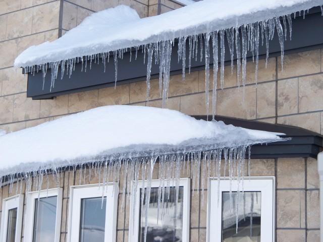 Sople zwisające z dachuSopel zwisający z dachu, które się urwie i zrobi komuś krzywdę może kosztować nas nawet kilka tysięcy złotych.