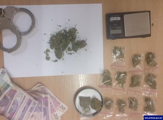 Ze wstępnych badań wynika, że zabezpieczona substancja to marihuana. Mężczyźnie grozi do 3 lat więzienia.