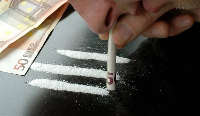 Mężczyzna wciągający narkotyki
