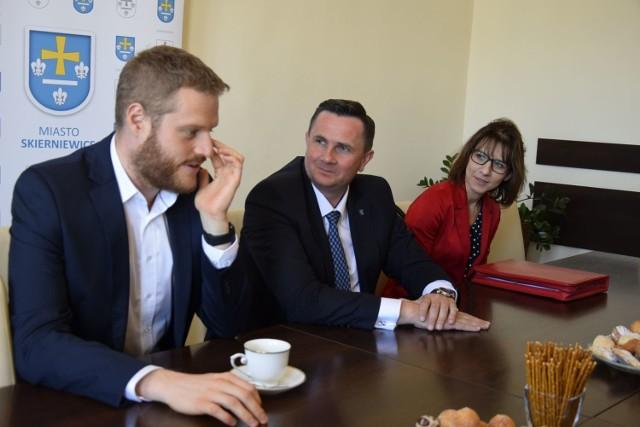 Skierniewice odwiedził Janusz Cieszyński podsekretarz stanu w Ministerstwie Zdrowia. Monitorował przebieg programu pilotażowego, poprzedzającego wdrożenie e-recept. Urzędnik przyjęty został przez prezydenta Krzysztofa Jażdżyka.