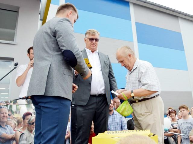 Stanisław Kuciński (z prawej) z Łowicza wygrał toyotę yaris, która była główną nagrodę w konkursie zorganizowanym przez market budowlany polskiej sieci Patio Color