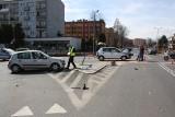 Wypadek pod OCK w Oświęcimiu. Na skrzyżowaniu zderzyły się renault i skoda. Jedna osoba trafiła do szpitala