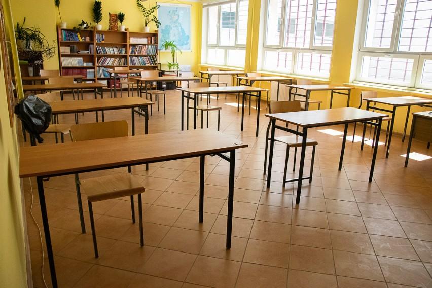 Jedna z klas drugich Liceum Ogólnokształcącego imienia Mikołaja Kopernika w Tarnobrzegu przechodzi od wtorku na nauczanie zdalne. Jeden z uczniów jest zakażony koronawirusem.