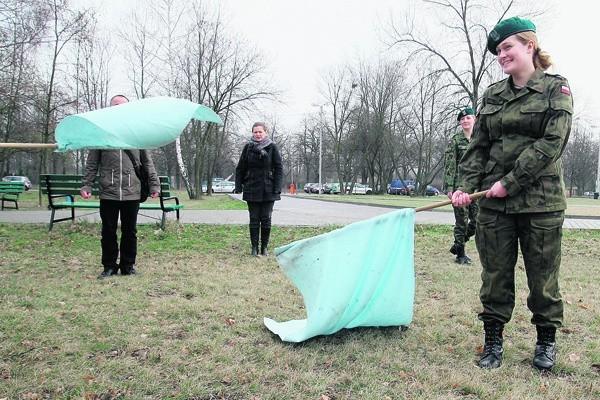 Studenci z białymi flagami przeszli najbardziej uczęszczanymi alejkami parku na Zdrowiu.