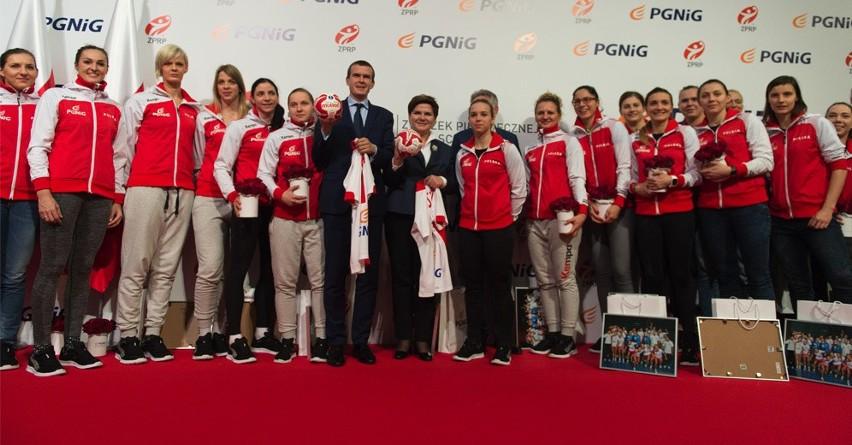 Powitanie piłkarek ręcznych na Lotnisku Chopina w Warszawie
