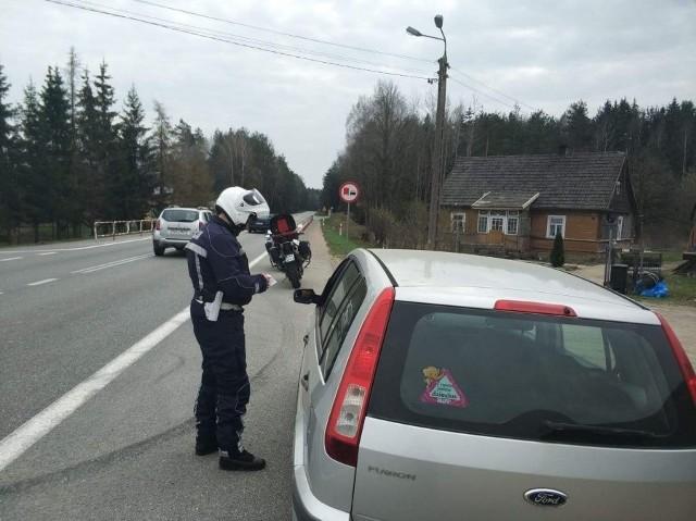 """Podlascy policjanci, we wtorek, przeprowadzili działania kontrolno-prewencyjne """"Kaskadowy pomiar prędkości"""". Głównym celem przedsięwzięcia było zapewnienie bezpieczeństwa w ruchu drogowym poprzez egzekwowanie od kierujących przestrzegania ograniczeń prędkości."""