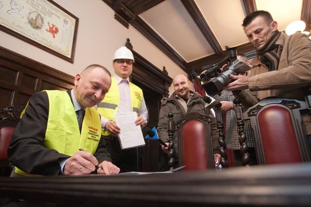 Sławomir Ziemianowicz, starosta słupski podpisuje porozumienie w prawie utrzymania linii kolejowej nr 212.