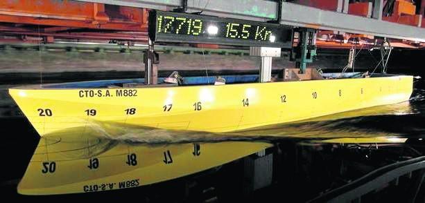 Model Kormorana II podczas testów w basenie Centrum Techniki Okrętowej