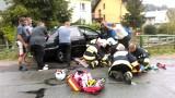 Wypadek w Żabnicy: Samochód uderzył w barierkę na moście, strażacy musieli wyciągać go dźwigiem ZDJĘCIA