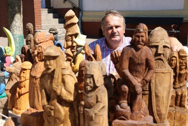 Rzeźbiarz Jarosław Ćwiertnia przyjechał ze wsi Stary Dworek koło Bledzewa.