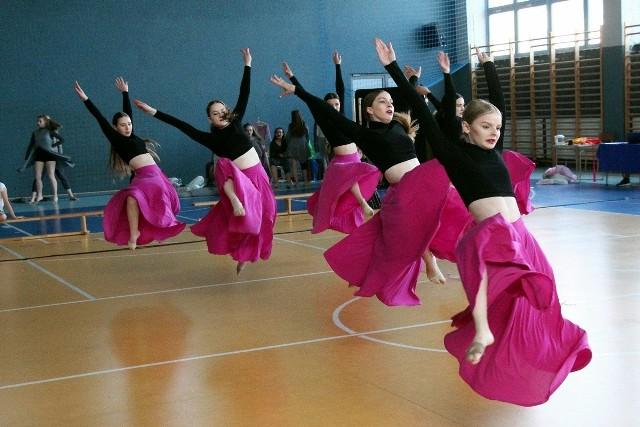 Pierwsza edycja Skarżyskiego Turnieju Tańca Sportowego odbyła się w hali I Liceum Ogólnokształcącego w Skarżysku-Kamiennej. Turniej zgromadził mnóstwo młodych tancerzy, a ci wykazali mnóstwo zaangażowania w występy.W I Skarżyskim Turnieju Tańca Sportowego wystąpili tancerze z trzech województw świętokrzyskiego, śląskiego i małopolskiego. Rywalizowali w tańcach art dance i cheerleadingu.W Skarżysku wystąpiły zespoły Mimesis ze Świętokrzyskiego, Teatr Tańca Skardance ze Skarżyska-Kamiennej, Angels z Uczniowskiego Klubu Sportowego Celsium Skarzysko-Kamienna, Axis z Suchedniowa, Skandal z Sosnowca, Liderki z Zielonek, Folk Cheer z Szaflar, Cheerleaders Podhale z Nowego Targu oraz Szkoła Kieleckiego Teatru Tańca.Zapraszamy do galerii zdjęć na kolejnych slajdach >>>