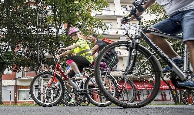 """Policyjna akcja """"Jednośladem bezpiecznie do celu"""" ma zwrócić uwagę m.in. na konieczność poprawy widoczności uczestników ruchu drogowego, korzystanie z elementów odblaskowych oraz używanie kasków ochronnych przez rowerzystów"""