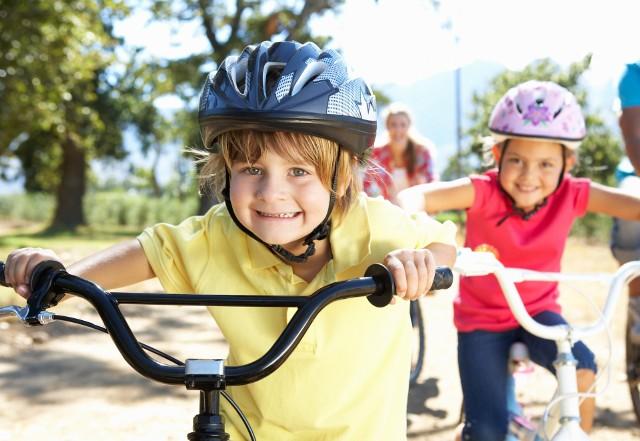 Coraz więcej dzieci dojeżdża do szkół rowerami. Zwróćmy uwagę na miejsca, w których powinny być szczególnie ostrożne.