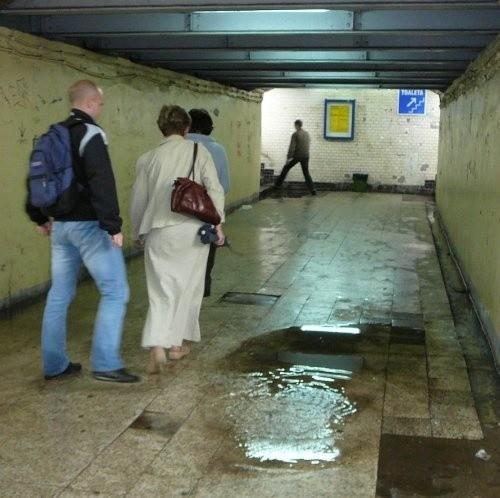 Po opadach deszczu kałuże w przejściu podziemnym na dworcu w Stargardzie to normalny widok. W czasie ulewy woda blokowała niemal całe przejście.