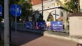 Wybory do Parlamentu Europejskiego. Plakaty wyborcze kandydatek PiS na płocie kościoła w Konstantynowie Łódzkim [FILM]