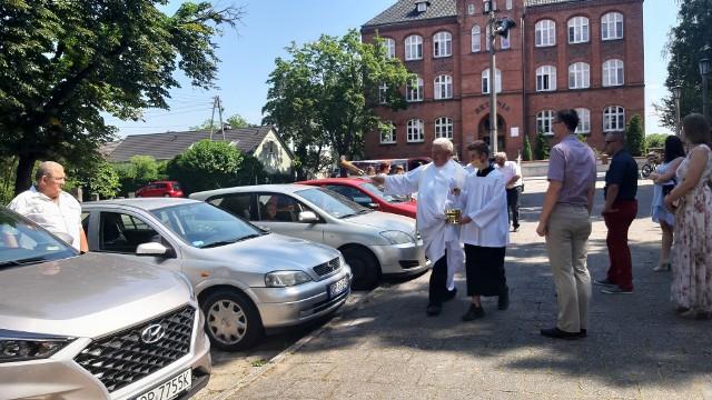 Święcenie pojazdów przed kościołem pw. Matki Boskiej Nieustającej Pomocy w Opolu Nowej Wsi Królewskiej.