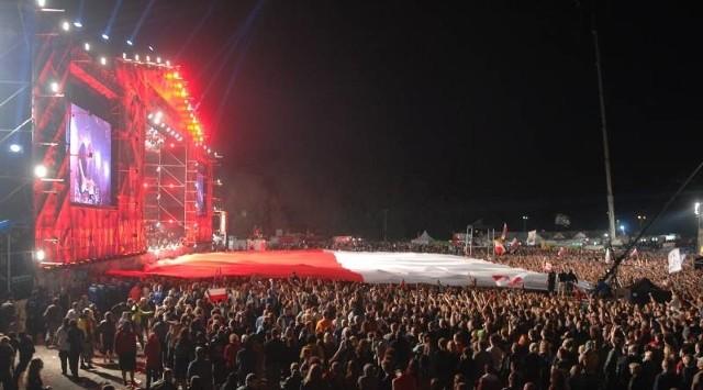 Tak wyglądała biało-czerwona flaga, rozwinięta przed dużą sceną Przystanku Woodstock w czasie koncertu zespołu Sabaton.