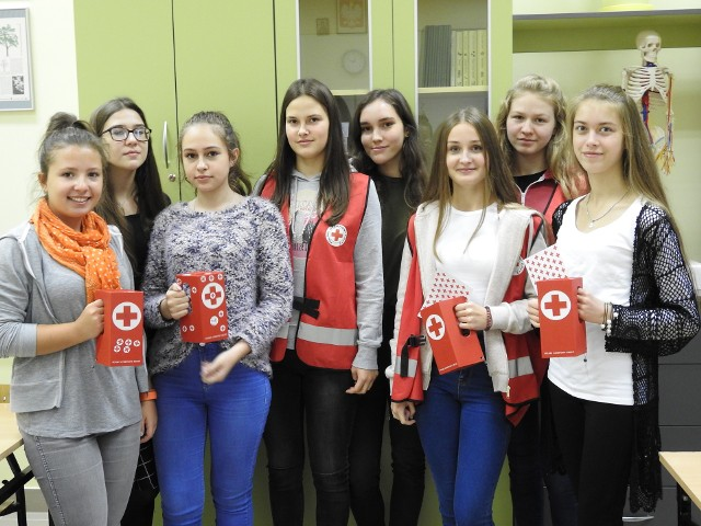 W czwartek wolontariuszki zbierały datki od swoich kolegów i koleżanek ze szkoły do specjalnych czerwonych puszek. Wszystkie pieniądze będą przeznaczone na obiady dla dzieci