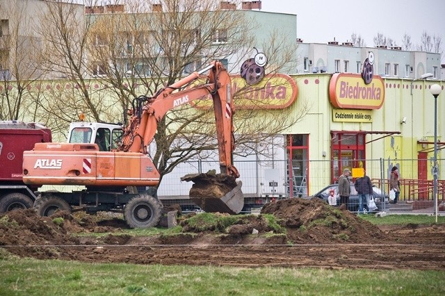 Mieszkańcy się pytają, jaki obiekt budowany jest obok Biedronki? Oczywiście Biedronka.