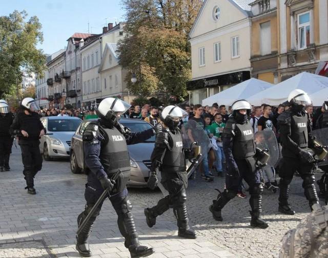 W przeszłości spotkania Radomiaka Radom zabezpieczała zawsze duża liczba policjantów. Nie inaczej będzie również podczas niedzielnego meczu z Koroną Kielce.