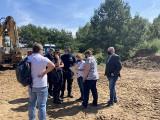 Deweloper celowo niszczy zieleń na Morasku? Tak uważa zarząd osiedla, wskazując na nielegalne składowanie ziemi na terenach zielonych