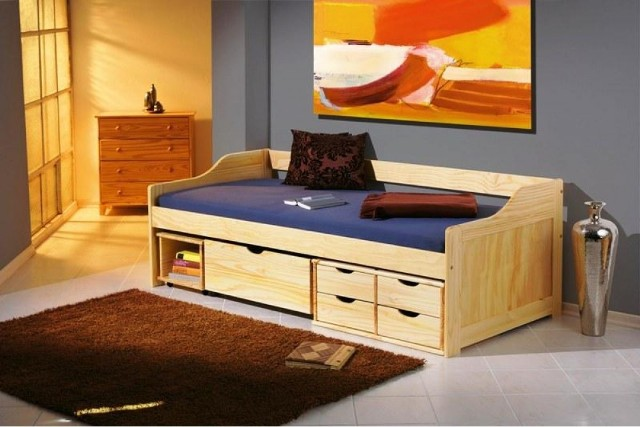 Łóżko z szufladamiPrzestrzeń pod łóżkiem wypełniona jest szufladami. Dzięki temu oszczędzamy sporo miejsca w pokoju.