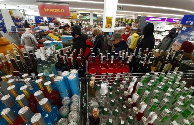 Przypadkowa promocja ściągnęła do Biedronki tłumy klientów, którzy wino wynosili ze sklepu skrzynkami.