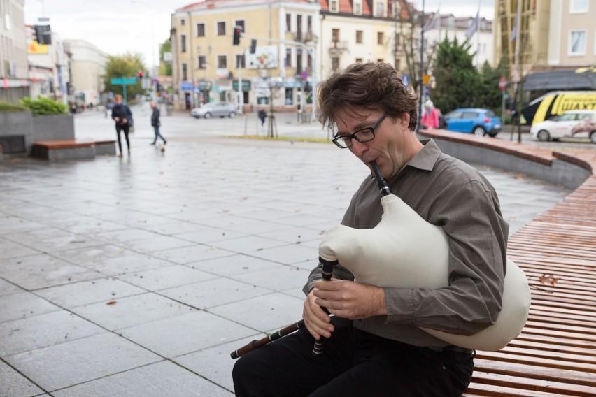 Jacek Grekow oprócz akordeonu gra także na gajdzie czy kavalu albo widocznych na zdjęciu dudach