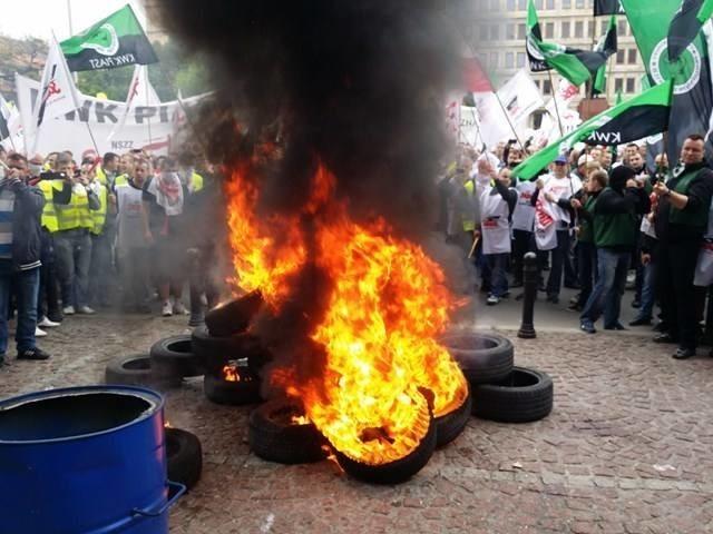 Górnicze protesty to najczęściej pikiety, w czasie których palone są opony. Do podobnych scen może dojść wkróce w Warszawie