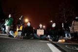 Warszawa: Młodzieżowy strajk klimatyczny [ZDJĘCIA] Policjanci znosili osoby, które podjęły się blokowania jezdni