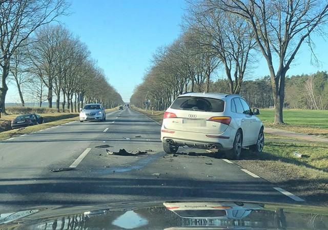 Do zdarzenia doszło we wtorek, 21 stycznia, na drodze koło Leśniowa Wielkiego. Zderzyły się audi i mercedes.Audi po zderzeniu zostało na jezdni. Natomiast mercedes wpadł do rowu. Audi ma uszkodzony przód, a mercedes bok. Na miejsce została wezwana zielonogórska policja.Zobacz również: Jak postępować, kiedy jesteśmy świadkami lub uczestnikami wypadku drogowegoPOLECAMY RÓWNIEŻ PAŃSTWA UWADZE:Sprawca tragicznego wypadku czeka na zarzuty w szpitalu. Prokuratura wystąpi o areszt