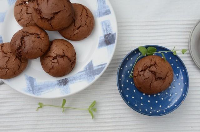 Mocno czekoladowe ciasteczka z kawą i konfiturą różaną. Zobaczcie przepis!