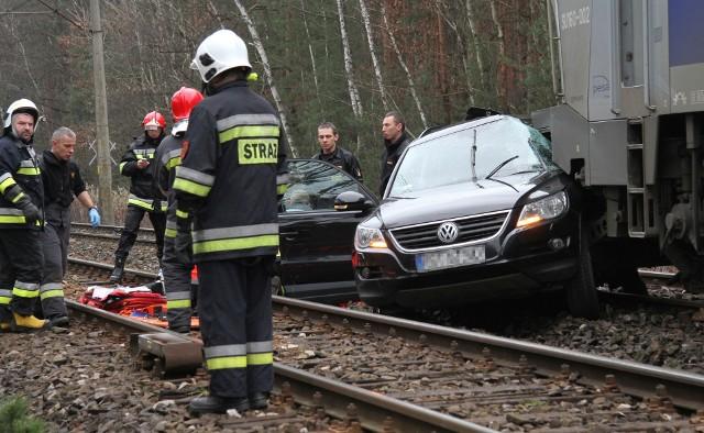 Do tragicznego w skutkach wypadku doszło w czwartek około godziny 10 na niestrzeżonym przejeździe kolejowym w Zabrniu (powiat tarnobrzeski), na drodze relacji Grębów - Zaleszany. Nie żyje 55-letnia kobieta.Ze wstępnych ustaleń policjantów pracujących na miejscu zdarzenia wynika, że 55-letnia kobieta kierująca volkswagenem passatem wjechała na tory tuż przed nadjeżdżający pociąg osobowy relacji Przemyśl - Szczecin. Lokomotywa staranowała samochód i pchając go po torze wyhamowała dopiero po przejechaniu około 160 metrów.Volkswagenem passatem oprócz 55-letniej mieszkanki powiatu stalowowolskiego podróżował 58-letni mężczyzna. Niestety, pomimo podjętej reanimacji, przez strażaków i ratowników medycznych, życia kobiety nie zdołano uratować. Ranny 58-latek został przewieziony karetką do szpitala. Maszynista składu osobowego był trzeźwy.Na miejscu tragedii pracują służby ratownicze - straż, policja oraz służby kolejowe. Zablokowana jest w tym miejscu droga relacji Grębów - Zaleszany, wyłączono też z ruchu szlak kolejowy. Utrudnienia mogą potrwać do godziny 14.