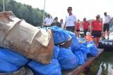Na brzegach Jeziora Solińskiego zalegają śmieci. Służby ratownicze postanowiły dać przykład turystom i posprzątały po nich [ZDJĘCIA]