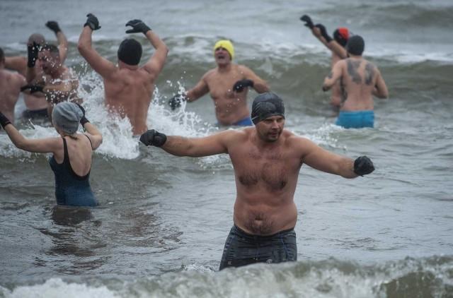 Ponad 100 śmiałków zanurzyło się w niedzielę w lodowatym Bałtyku na plaży w Wiciu w gminie Darłowo. Zabawa była przednia, a zimna woda i lodowaty wiatr nie odstraszyły amatorów kąpieli.