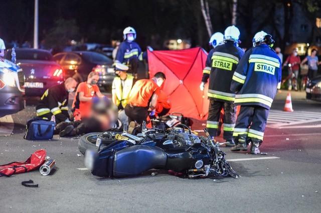 Do zderzenia doszło na skrzyżowaniu Alei Jana Pawła II i Grunwaldzkiej w Lesznie we wtorek około 20.00. Wiadomo, że motocykl i osobowy peugeot jechały z różnych kierunków. Na skrzyżowaniu działała sygnalizacja. Przejdź dalej --->