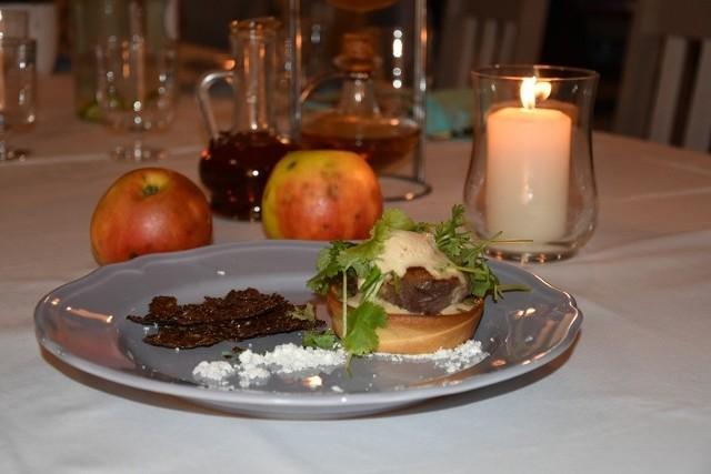 Festiwalowe danie główne La'Qra Bistro – jabłkowa tarta z filetem z gęsi i lodami jabłkowymi.