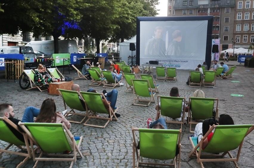"""Szczecinianie oglądali """"Seksmisję"""" w kinie plenerowym na pl. Orła Białego"""