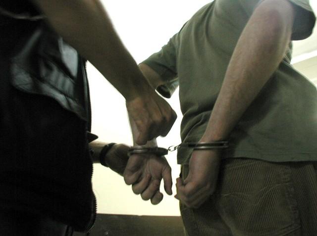 Oszust podszywał się pod fundację i wyłudzał pieniądze. Został zatrzymany i usłyszał zarzuty