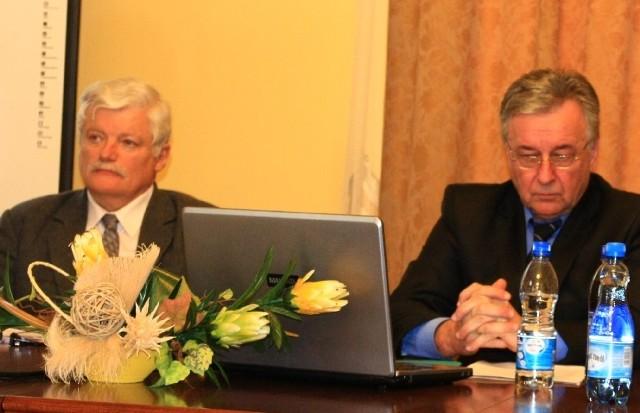 Jerzy Rymkiewicz (z lewej) jest nowym wicekanclerzem PWSZ w Jarosławiu. Jerzy Rymkiewicz ma 59 lat, jest żonaty, ma dwójkę dorosłych dzieci. Absolwent Wydziału Prawa UMCS w Lublinie. Jego hobby jest kolekcjonowanie starych płyt i muzyka poważna.
