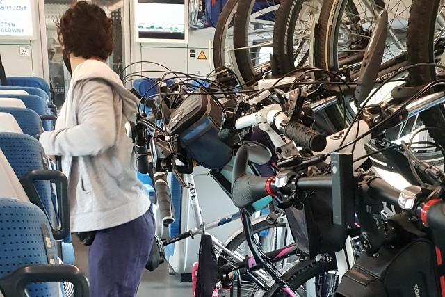 """""""Cholerni pedalarze i ich wieszaki"""" – a w odpowiedzi """"lepiej wciągaj brzuch, to się zmieścisz"""" – albo godzące obie strony """"trzeba dorwać inżyniera, co to zaprojektował"""". Takie teksty można usłyszeć, za sprawą fatalnie umiejscowionych wieszaków na jednoślady, w wagonie rowerowym pociągu """"Mazury"""", który codziennie wozi łodzian do Olsztyna. Oraz w innych składach kolejowej spółki PKP Intercity, złożonych z modeli Flirt 3. Mowa np. o pociągu """"Reymont"""" z Łodzi Fabrycznej do Krakowa, albo o """"Hutniku"""", jadącym z Bielsko-Białej do Gdyni m.in. przez Widzew. >>> Czytaj dalej przy kolejnej ilustracji >>> Na zdjęciu wagon rowerowy pociągu """"Mazury"""""""