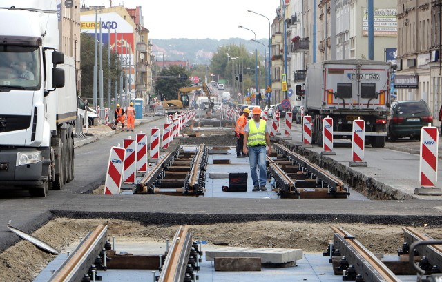 Tak wygląda modernizacja torowisk tramwajowych na odcinku ul. Chełmińskiej, między ul. Bydgoską a DK nr 16 w Grudziądzu. W związku z postępem prac, od poniedziałku, 20 września, wprowadzone zostaną zmiany w organizacji ruchu