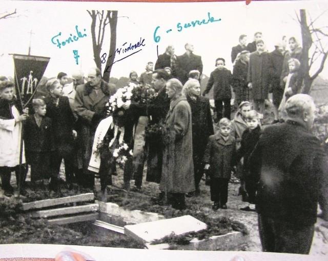 17 listopada 1957 r. Na cmentarzu na Bielawkach trwa pogrzeb Leszka Białego. Ubecy tymczasem robią zdjęcia i identyfikują b. akowców