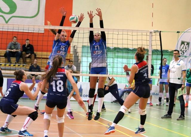 Do bloku w opolskim zespole skaczą: Anna Myjak (z lewej) i Barbara Włodarczyk (nr 17).