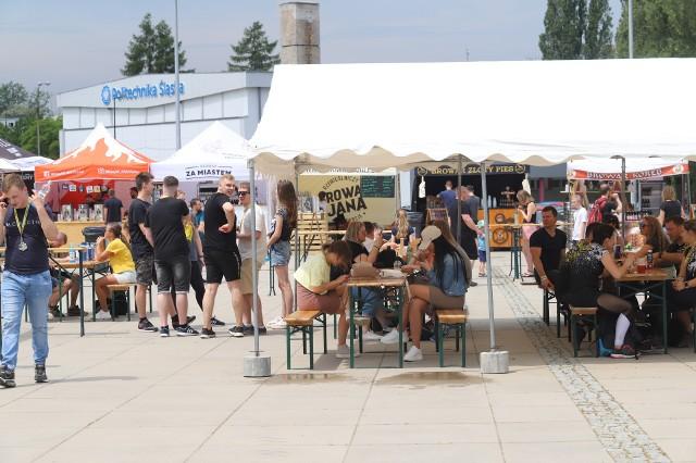 Gliwice. Lotny Festiwal Piwa: spory wybór piw kraftowych i food trucki pod Areną Gliwice.Zobacz kolejne zdjęcia. Przesuwaj zdjęcia w prawo - naciśnij strzałkę lub przycisk NASTĘPNE
