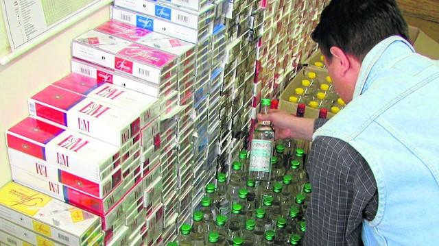 Papierosy i alkohol należą do najczęściej podrabianych towarów w Polsce. Straty państwa z tytułu niezapłaconej akcyzy i podatku VAT są olbrzymie i sięgają wielu miliardów złotych