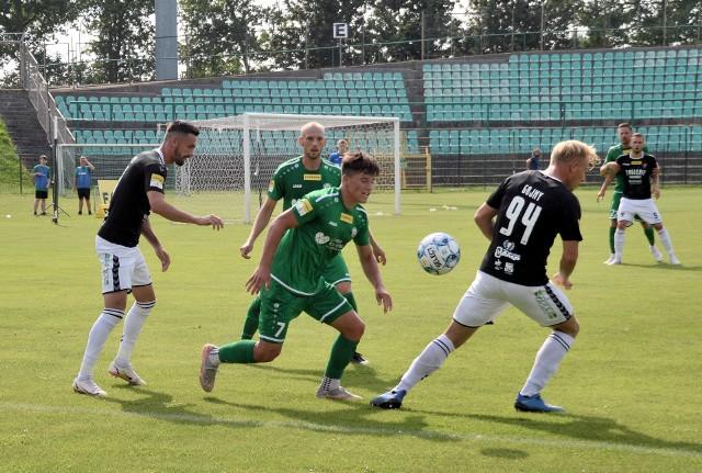 Piłkarze Górnika Polkowice (zielone koszulki) w tym sezonie Fortuna 1 ligi jeszcze nie wygrali. Czy zmieni się to w czwartek?