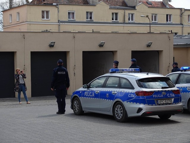 Policjanci w Chełmnie uczcili pamięć kolegi z Raciborza, który został zastrzelony podczas służby. Do zdjęć zapozowali tylko koleżance. Mediów nie wpuścili na plac przy KPP